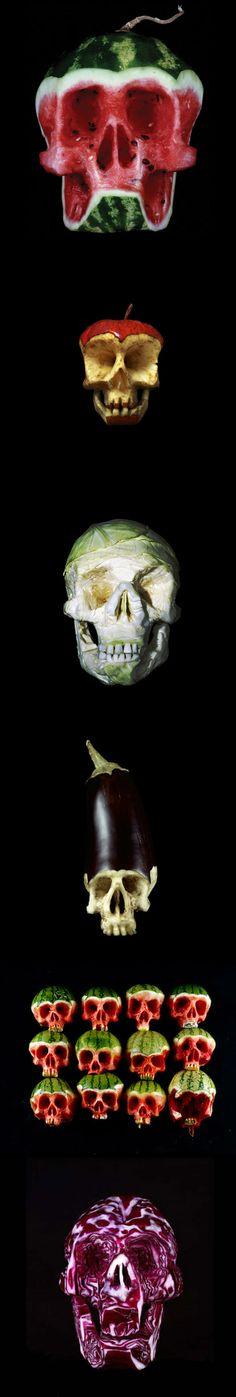 Esculturas, ilustrações e estampas de crânio estão na moda. Pensando nisso, oartista russoDimitri Tsykalovcria esculturas de crânio usando maçãs, melancias, berinjelas, repolhos e outros tipos de alimentos.