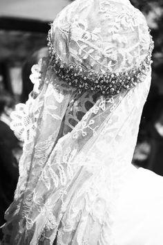 Inspiración del día... para una #novia luce una #mantilla a modo de #velo junto a una cinta a como #corona te gusta?