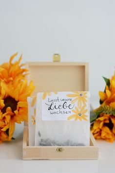 DIY: Sunflower bags as a party favor Wedding Cards, Wedding Favors, Diy Wedding, Party Favors, Creative Crafts, Diy Crafts, Wrapping Gift, Diy Gift Box, Best Wedding Gifts