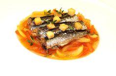 Michel Roth poleca: Sardynki z cząbrem i pomidorowym sosem rougail! #intermarche #sardynki #kuchnia śródziemnomorska Ratatouille, Gatsby, Thai Red Curry, Ethnic Recipes, Food, Hoods, Meals