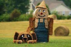 Ez az igazi farmer, a terelő kutyájával együtt :) Harvest Season, Fall Harvest, Hay Bale Decorations, Halloween Fun, Halloween Decorations, Transformers, Scarecrow Festival, Hay Bales, Straw Bales