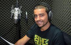'Livro de ouvir' resgata clima de radionovela e vira opção no trânsito  Empresas lançam títulos em áudio na Bienal do Livro de São Paulo.  Romance de 300 páginas tem entre oito e nove horas de gravação.