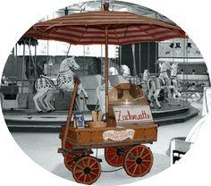 Verkaufsstand  mit Zeltdach vor historischem Oberlichtwagen. Der Wagen ist mit einer Küche und Spühlmachine ausgestattet.