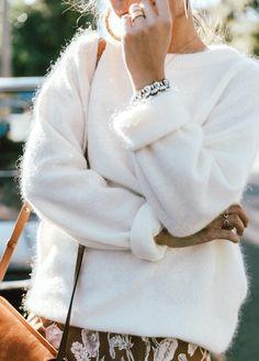 Oui au pull douillet porté de manière ultra féminine ! (photo Collage Vintage)