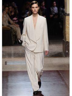 Soepelvallend oversized wit pak @ Hermès a/w 2014 - De finale van Miu Miu, sok-in-je-sandaal bij Hermès & meer PFW