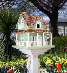 Pedestal birdhouse..I think I will replicate this for me...including the pedestal!!!