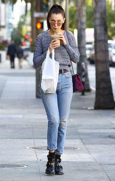 Uma das it girls do momento, Bella Hadid, além de ser a irmã mais nova da também modelo Gigi, é uma garota cheia de estilo. Nesse look casual com pegada dos anos 90, ela veste calça jeans alta e bota com pegada rocker.