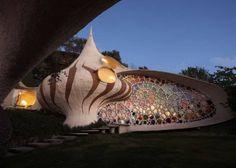 La lampada si vede... il genio sarà all'interno? (Casa-conchiglia realizzata da Javier Senosiain a Mexico City).