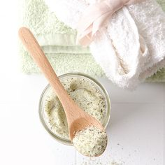 Handmade foot soak with peppermint and lemon. Find the recipe in Willow and Sage!