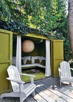 Idée jardin : un canapé dans l'abri de jardin ouvrant sur une terrasse. Sympa pour lire ! (Source : http://www.cotemaison.fr/maison-famille/diaporama/une-maison-de-famille-comme-un-cocon_16251.html?p=19#diaporama)