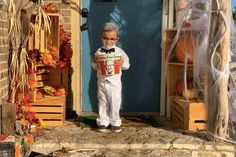 Turn your tot into Colonel Sanders complete with a Kentucky Fried Chicken candy bucket! Christmas Crafts To Sell, Diy Crafts To Sell, Holiday Crafts, Best Diy Halloween Costumes, Diy Costumes, Construction Paper Crafts, Diy Wedding Reception, Craft Room Design, Diy Adult