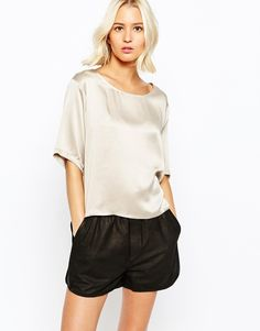 Love this loose fitted silk top. Looks so exclusiove and will look great with jeans and heels. Find it here: http://asos.do/2dTDOw