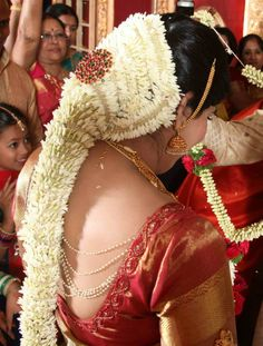 South Indian Bride Hairstyle, Indian Wedding Hairstyles, Bride Hairstyles, Chudithar Neck Designs, Indian Natural Beauty, Indiana, Hair Scarf Styles, Hair Garland, Bridal Braids