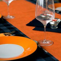#mesa #decorada especialmente para la #noche de #halloween, con #mantel y #camino de #mesa en #novotex con los #colores #naranja y #negro y #servilletas de #airlaid #canguro