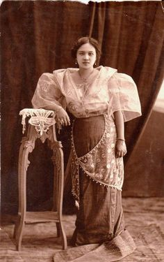an example of Baro't Saya. This one is an elegant style which maybe worn by a higher class woman during the Spanish era in the Philippines. Philippines Dress, Philippines Culture, Philippines People, Filipino Art, Filipino Culture, Baro't Saya, Philippine Women, Philippine Fashion, Filipino Fashion