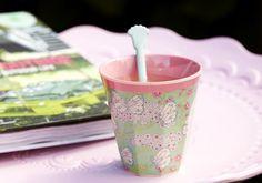 Gobelet  en mélamine Butterfly, extérieur imprimé papillons et fleurs, intérieur rose.