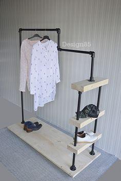 Steigerbuis kledingrek met veel opbergmogelijkheden voor kleding en schoenen. Planken kunnen worden voorzien van een zwarte wax.