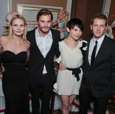 This is tge first pic I see jamie with the rest of the cast