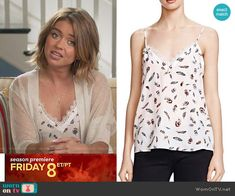Haley's white feather print top on Modern Family. Outfit Details: https://wornontv.net/59787/ #ModernFamily