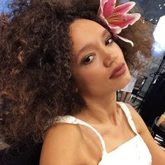 A simple flower tucked behind one ear is never not perfect. Love this curly summer hairstyle! Medium Hair Styles, Curly Hair Styles, Hair Tuck, Easy Summer Hairstyles, Ear Hair, Simple Flowers, Different Hairstyles, Celebrity Look, Wedding Dress Styles
