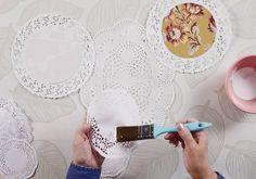 Tämä liina ei roiskeita pelkää! Tee juhlapöytään hempeä kaitaliina erikokoisista ja -värisistä kakkupapereista. Erillisiä paikkakorttejakaan ei tarvita, jos kirjoitat nimet suoraan kertakäyttöiseen liinaan. Katso ohje.
