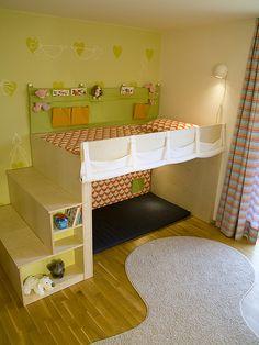 Schody na patro slouží jako úložný prostor ;  Adéla Leinweberová pro in2