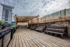 Strandbar über den Dächern Berlins, Dachterrasse für Sommerevents, bis 150 Personen, Konzerte, Corporate Events, Badeschiff, Blick auf die Spree.