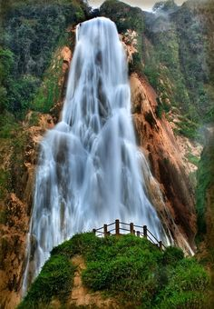 Very beautiful and nice exposure. This is cool > Cascada Velo de la Novia, Chiapas, Mexico Beautiful Places To Visit, Wonderful Places, Great Places, Places To See, Amazing Places, Image Beautiful, Beautiful World, Beautiful Waterfalls, Beautiful Landscapes