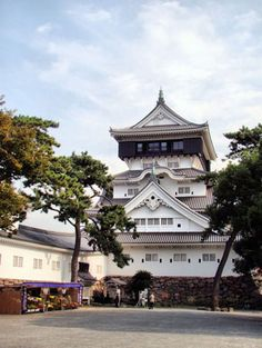Kokura Castle: read a guide to Kokura Castle in Kyushu. Kokura Castle is a reconstructed castle with beautiful grounds and museums nearby. Japanese Culture, Japanese Art, Oriental Countries, Miyamoto Musashi, Japanese Castle, Kyushu, Kamakura, Japanese School, Visit Japan