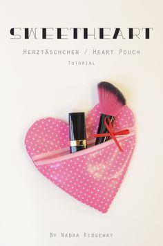 Wie man ein Herztäschchen näht… How to sew a heart pouch… MATERIALIEN Schnittmuster hier herunterladen 1 x 18×32 cm Wachstuch 1 Reißverschluss, 25 cm Länge 35 cm Satinband, 3 mm br…