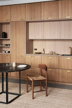 The mix of solid walnut, bamboo surfaces, and the use of gold creates a warm and welcoming feeling in this kitchen. J39 Chair by Børge Mogensen stands beautiful to the new Bamboo Collection kitchen by &SHUFL.⁣ Image via @andshufl.⁣ #fredericiaufurniture #j39chair #børgemogensen #borgemogensen #interiordesign #danishdesign #scandinaviandesign #modernoriginals #craftedtolast Nordic Kitchen, Ikea Kitchen, Kitchen Maker, New Kitchen Designs, Kitchen Ideas, Oak Cabinets, Mid Century House, Cabinet Design, Home Kitchens