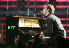 """Pin for Later: Voilà Ce à Quoi Ressemblaient les MTV VMAs Il y a 10 Ans Coldplay Étaient Monté Sur Scène Pour Jouer """"Speed of Sound"""""""