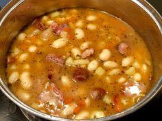 """Zupa fasolowa z boczkiem i kiełbasą Pomysł na smaczny, pożywny i rozgrzewający obiad. Treściwa zupa z białą fasolą, wędzonym boczkiem, kiełbasą i warzywami zasmakuje z pewnością każdemu, nawet dzieciom. Przygotowanie zupy należy jednak zacząć dzień wcześniej, gdyż fasola wymaga wcześniejszego namoczenia, dzięki czemu przyspiesza się jej gotowanie.   Składniki: 250g białej fasoli """"Piękny Jaś"""" … Cheeseburger Chowder, Food And Drink, Blog, Cooking, Kitchen, Recipes, Arno, Diet, Stew"""