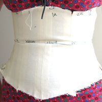 Make a Corset Mock Up, very informative on proper fitting and alteration. Modern corset, not historic pattern. Fashion Sewing, Fashion Fabric, Diy Fashion, Diy Clothing, Sewing Clothes, Sewing Tutorials, Sewing Patterns, Sewing Tips, Corset Tutorial
