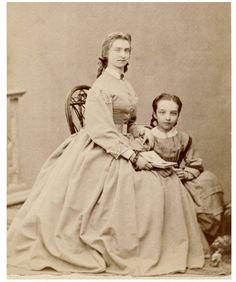 PRETTY LITTLE GIRL w PRETTY LADY /  CDV PHOTO 1860s dress/fashion