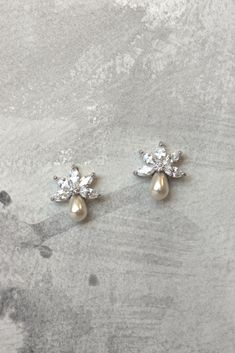 Delicate little crystal and pearl studs. Bead Embroidery Tutorial, Bead Embroidery Patterns, Hand Work Embroidery, Embroidery Suits Design, Embroidery On Clothes, Hand Embroidery Designs, Pearl Embroidery, Couture Embroidery, Embroidery Fashion