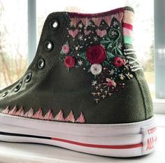 Embroidered converse shoes hand embroidered by me! Embroidered converse shoes hand embroidered by me! Diy Embroidery, Embroidery Stitches, Embroidery Patterns, Diy Fashion, Ideias Fashion, Fashion Shoes, Estilo Hippie, Embroidered Clothes, Painted Shoes