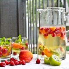 Hooked on trendy infused water recipes? If you find drinking plain water tasteless, infused water could change your outlook about healthy water intake. Concoct these simple infused water recipes fo… Skinny Sangria, White Sangria, Sparkling Sangria, Peach Sangria, Sangria Blanca, Sangria Mix, Sangria Party, Sangria Wedding, Sangria Punch