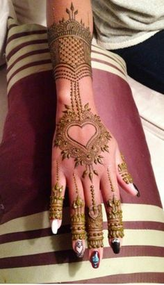 henna design with a heart Mehendi, Mehandi Henna, Jagua Henna, Tattoo Henna, Henna Tattoo Designs, Mehndi Art, Beautiful Henna Designs, Simple Mehndi Designs, Beautiful Mehndi