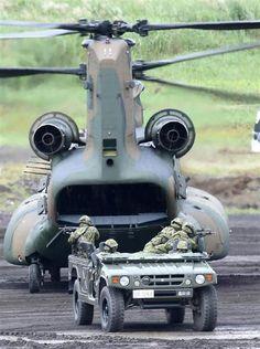 着陸したCH-47から展開する高機動車=8月28日、静岡県御殿場市の陸上自衛隊東富士演習場(彦野公太朗撮影)
