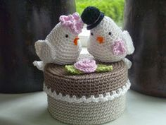 Vandaag zijn onzeouders 45 jaar getrouwd. Ze zijn nog steeds tortelduifjes dus de keuze voor lovebirds haken op een doosje was snel gemaakt...