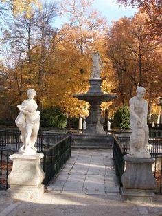 Palacio Real de Aranjuez. En tiempos de Carlos III, se amplia el palacio por Francisco Sabatini autor de las alas de poniente que limitan lateralmente sobre la soberbia plaza de armas. En el extremo del ala derecha se levantó la actual capilla, decorada por Bayeu,