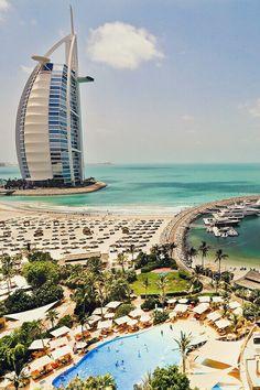 DUBAI, UAE   Burj Al-Arab (Torre das Arábias) é o mais luxuoso hotel do mundo - o único 7 estrelas que existe. Foi construído em pleno mar, em uma ilha artificial do Palm Jumeirah, no Golfo Pérsico. Tem 321 metros de altura (mais alto que a Torre Eiffel e o Empire State Building) e tem uma quadra de tênis no seu topo. #dubai #burjalarab