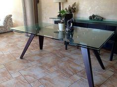 Table salle à manger plateau verre 12 mn épaisseur dimensions 1,80 longueur X1,10m largeur X hauteur 0,75 2 rallonges de 0,40 cm mécanisme très simple de manipulation pied : merisier teinte couleu