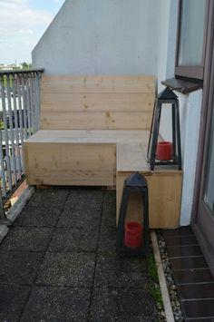 Hoekbank van steigerhout op maag gemaakt voor dit balkon