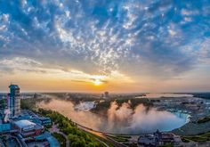 We had a room with a wonderful view. It was great to sit and watch the lights change on the Falls from our room x  Embassy Suites by Hilton Niagara Falls Fallsview Hotel: room view morning