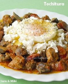 Tochitura … fiecare zona a tarii isi are propia reteta traditionala. Reteta aceasta, desi il are ca autor pe sotul meu … ungur, este o tochitura moldovenrasca tare gustoasa. Brunch Recipes, New Recipes, Cooking Recipes, Romania Food, Oxtail Recipes, Good Food, Yummy Food, Hungarian Recipes, Romanian Recipes