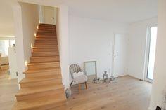 Moderne Treppe mit Eichenholz belegt und Beleuchtung.