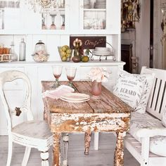 Love the weathered vintage look of the table and chairs