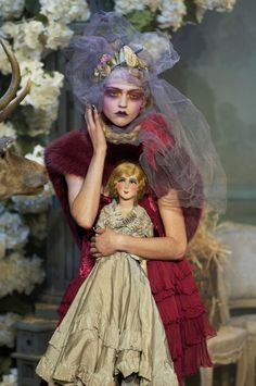 The complete John Galliano Fall 2007 Ready-to-Wear fashion show now on Vogue Runway. Couture Fashion, Fashion Art, Runway Fashion, High Fashion, Fashion Show, Fashion Design, Dior Couture, 1950s Fashion, Vintage Fashion
